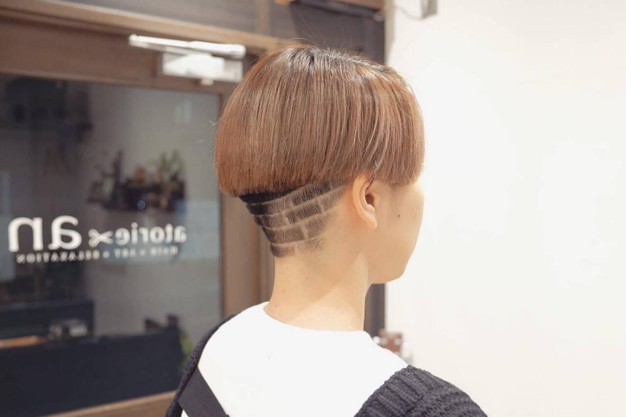 ブリーチカラー ショートヘア モード 刈り上げショートヘアスタイルや髪型の写真・画像