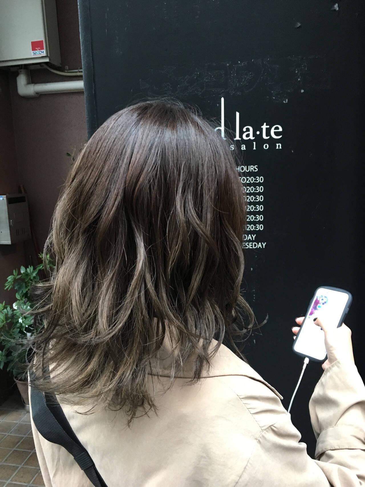グレージュ ヘアカラー グラデーションカラー ナチュラルヘアスタイルや髪型の写真・画像