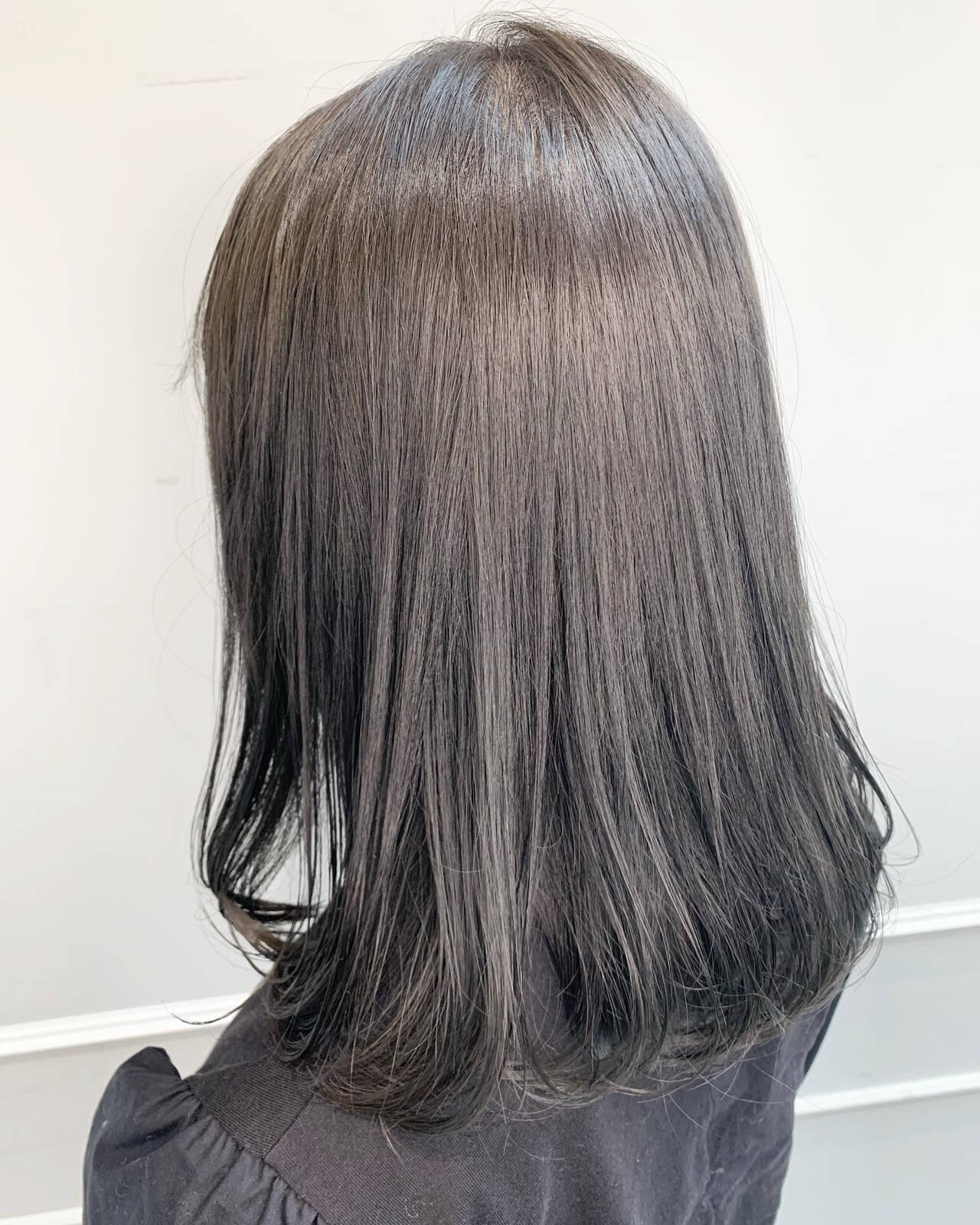 クール ナチュラル ブリーチ ダークグレーヘアスタイルや髪型の写真・画像