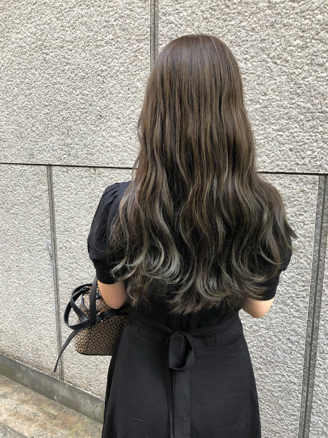 プラチナムカラー グレージュ グラデーションカラー フェミニンヘアスタイルや髪型の写真・画像