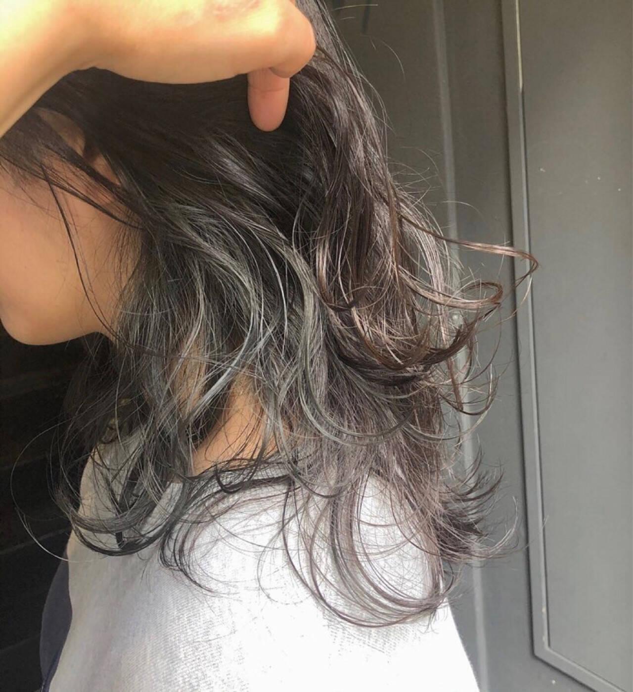 イヤリングカラー ミディアム インナーカラー ナチュラルヘアスタイルや髪型の写真・画像