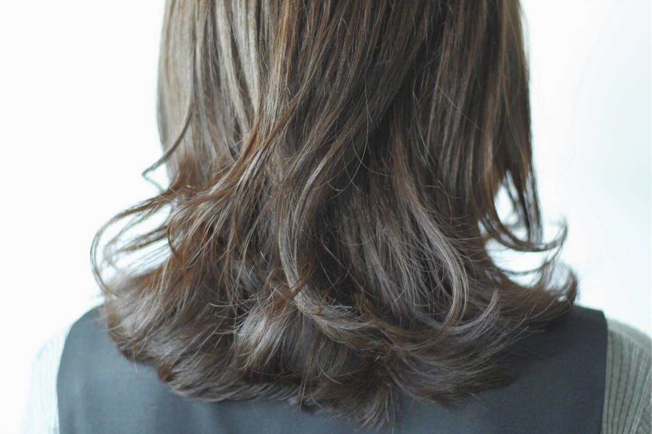 ナチュラル グレー カーキ グレージュヘアスタイルや髪型の写真・画像