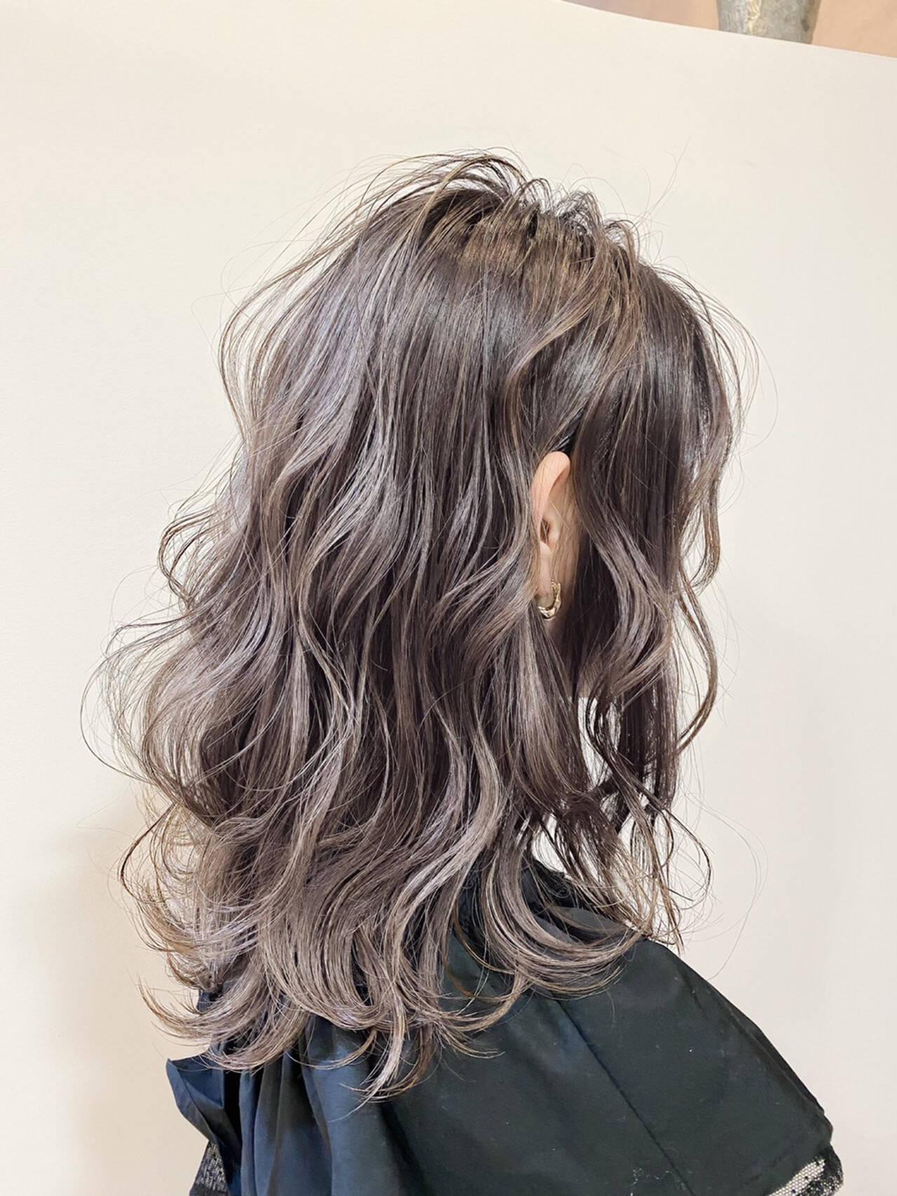 グレージュ ナチュラル 波ウェーブ セミロングヘアスタイルや髪型の写真・画像