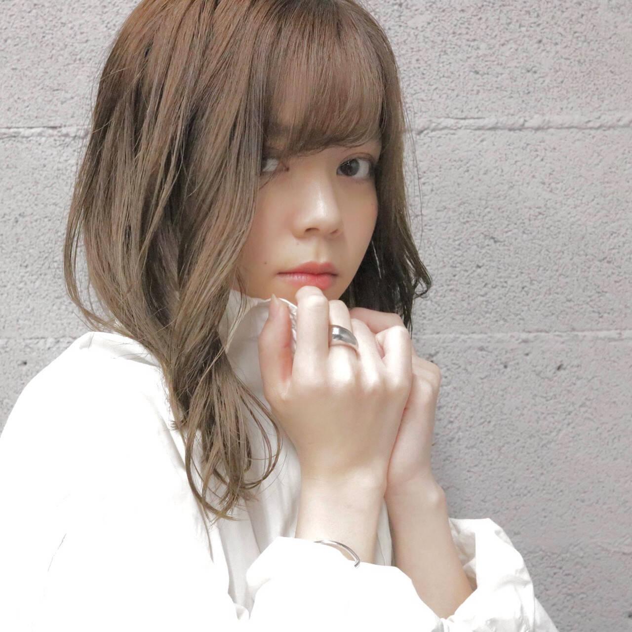 アッシュベージュ 透明感カラー ミディアム ナチュラルヘアスタイルや髪型の写真・画像