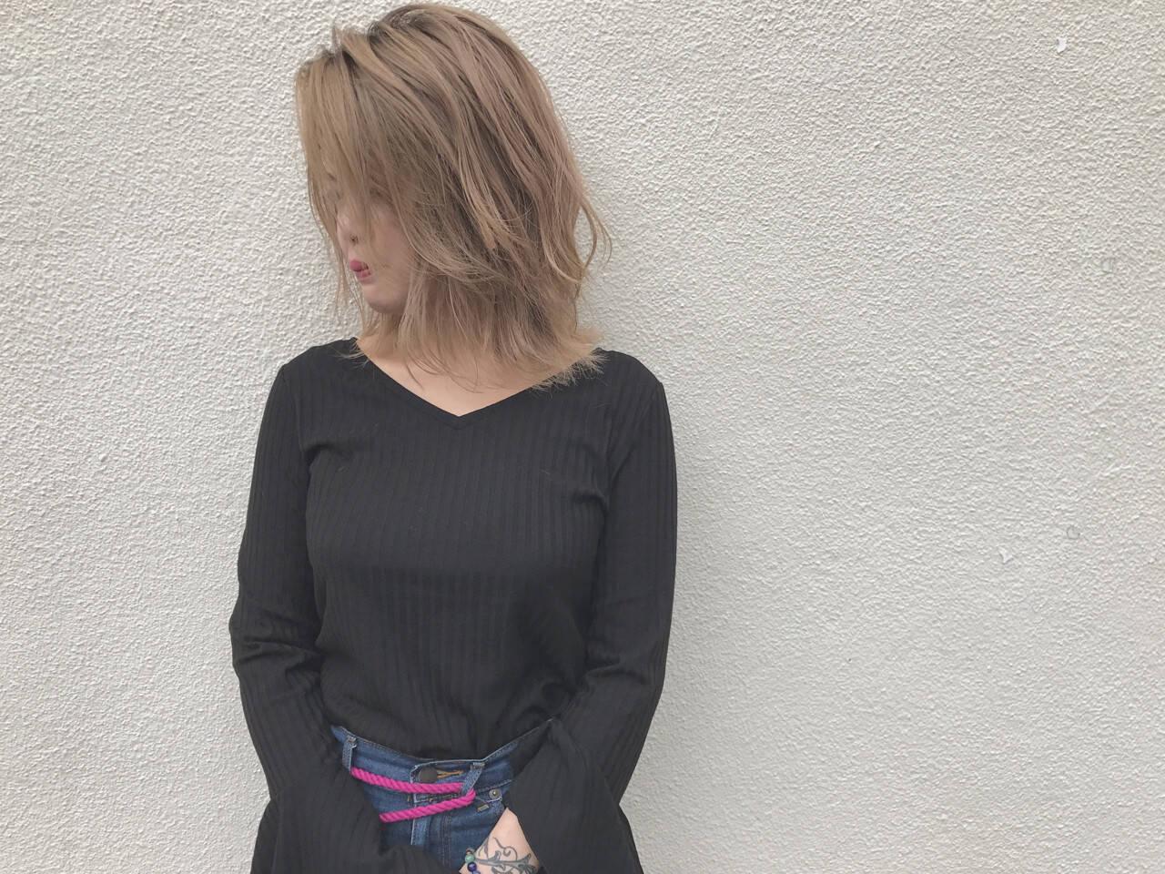 ハイライト 外ハネ 透明感 ナチュラルヘアスタイルや髪型の写真・画像