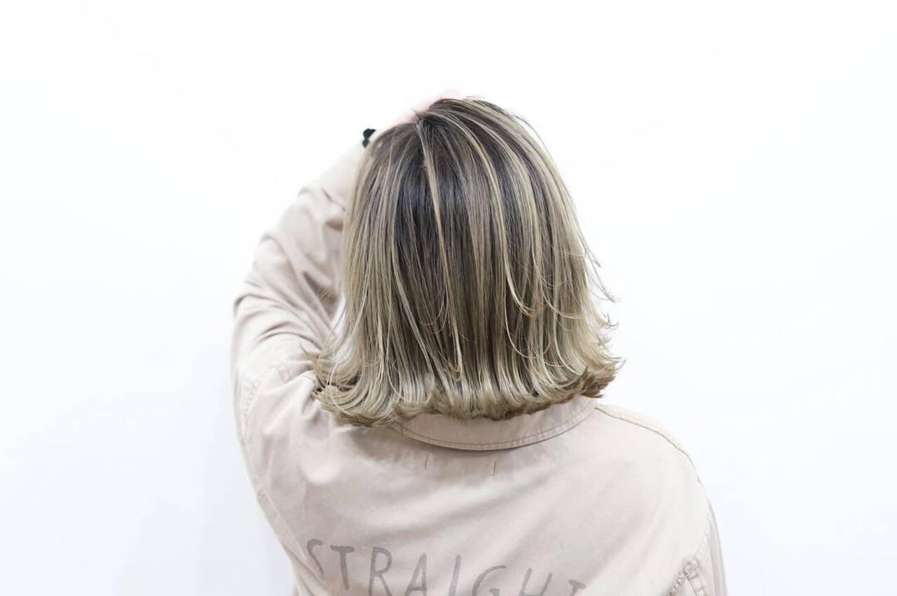 クリームブロンド 3Dハイライト プラチナブロンド バレイヤージュヘアスタイルや髪型の写真・画像