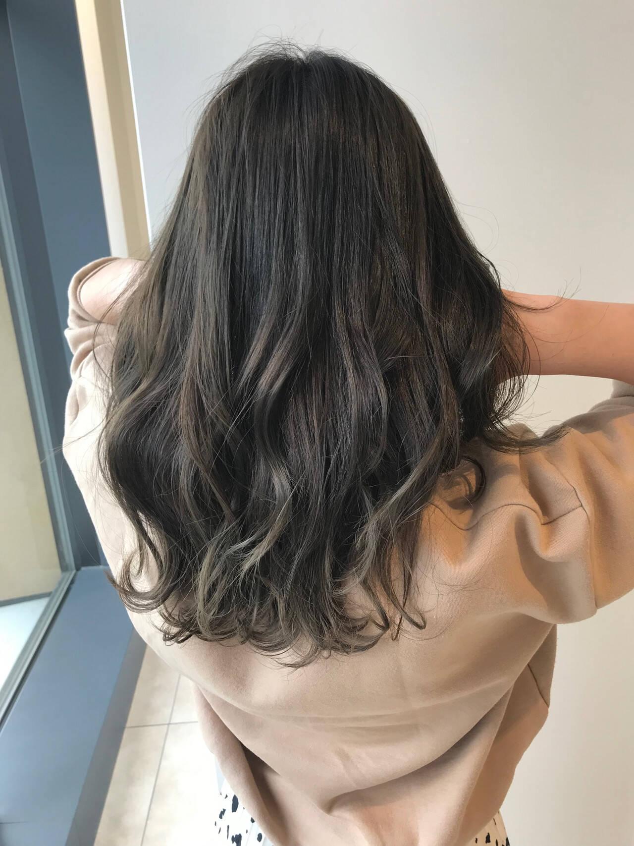 オリーブアッシュ ナチュラル 巻き髪 グレージュヘアスタイルや髪型の写真・画像