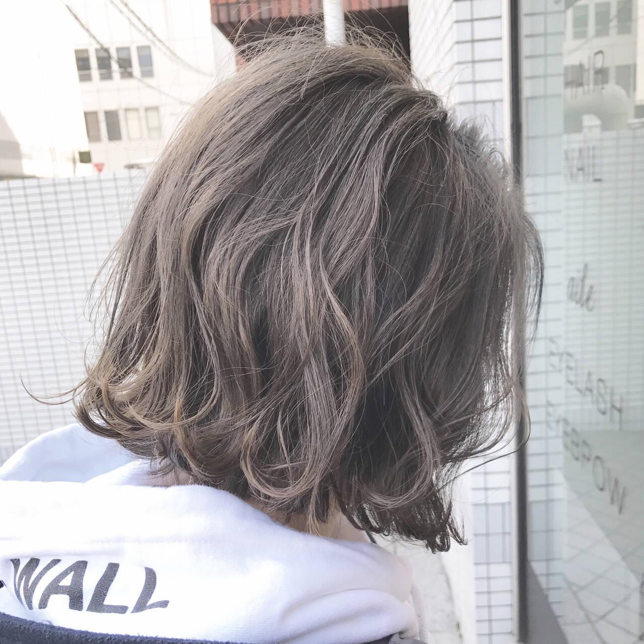 外ハネ グレージュ 色気 アッシュグレージュヘアスタイルや髪型の写真・画像