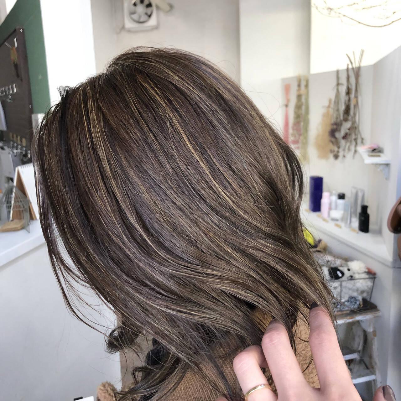 ミディアム ストリート クリーミーカラー ホワイトハイライトヘアスタイルや髪型の写真・画像