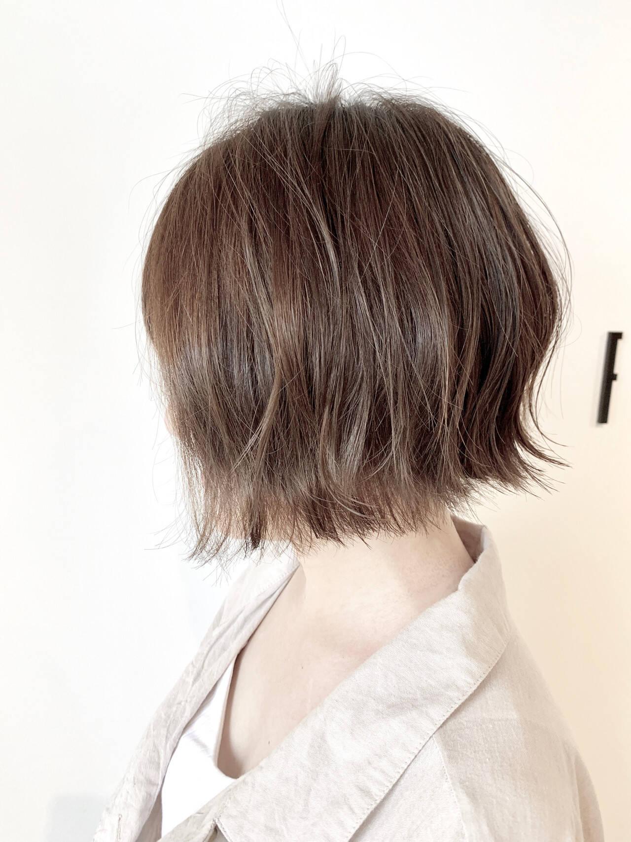 カーキアッシュ ショートボブ フェミニン 大人可愛いヘアスタイルや髪型の写真・画像