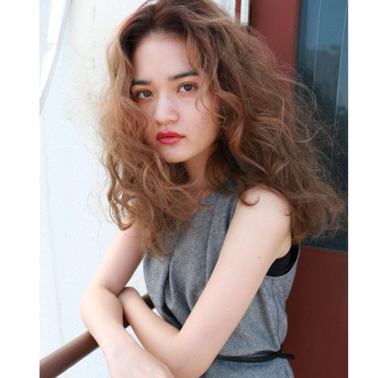 ウェーブ セミロング 春 ストリートヘアスタイルや髪型の写真・画像