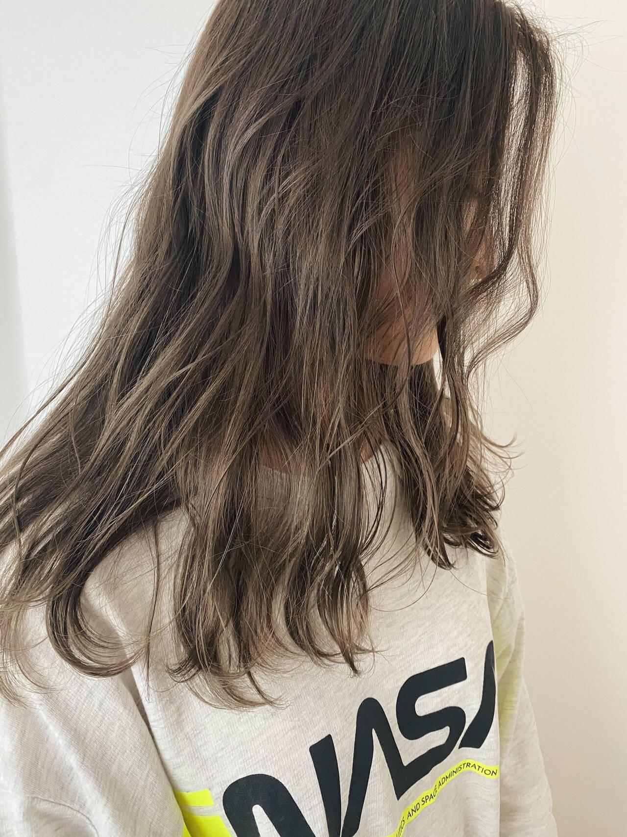 セミロング グレージュ ストリート ブリーチオンカラーヘアスタイルや髪型の写真・画像