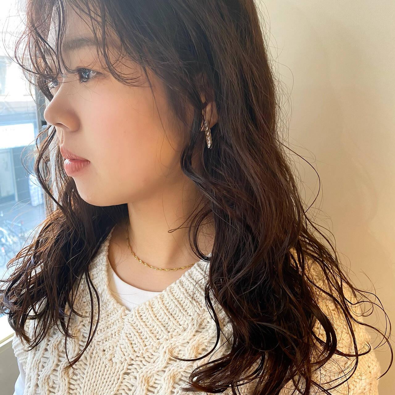 セミロング モード 韓国風ヘアー 前髪パーマヘアスタイルや髪型の写真・画像