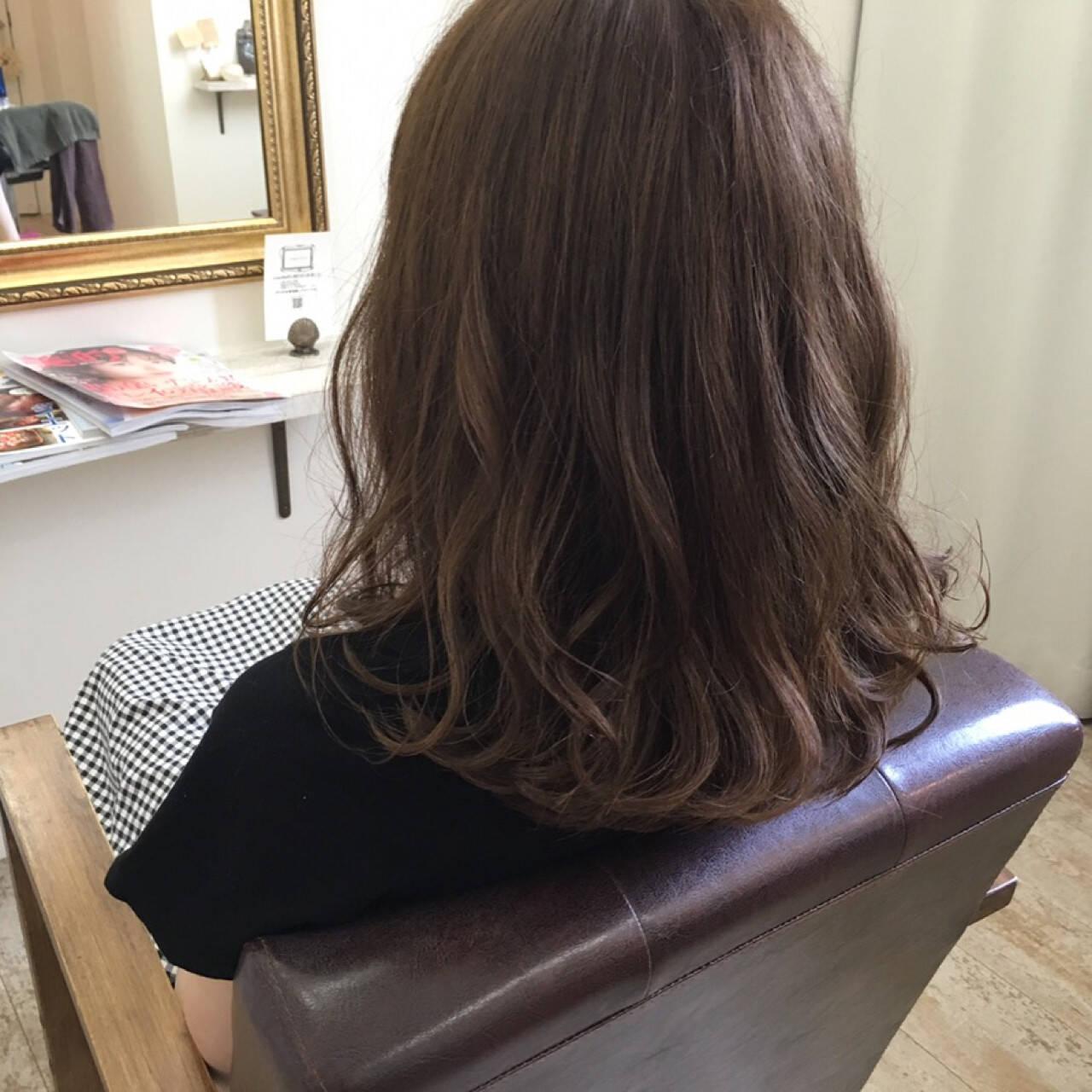ミディアム アンニュイ 大人かわいい アッシュベージュヘアスタイルや髪型の写真・画像