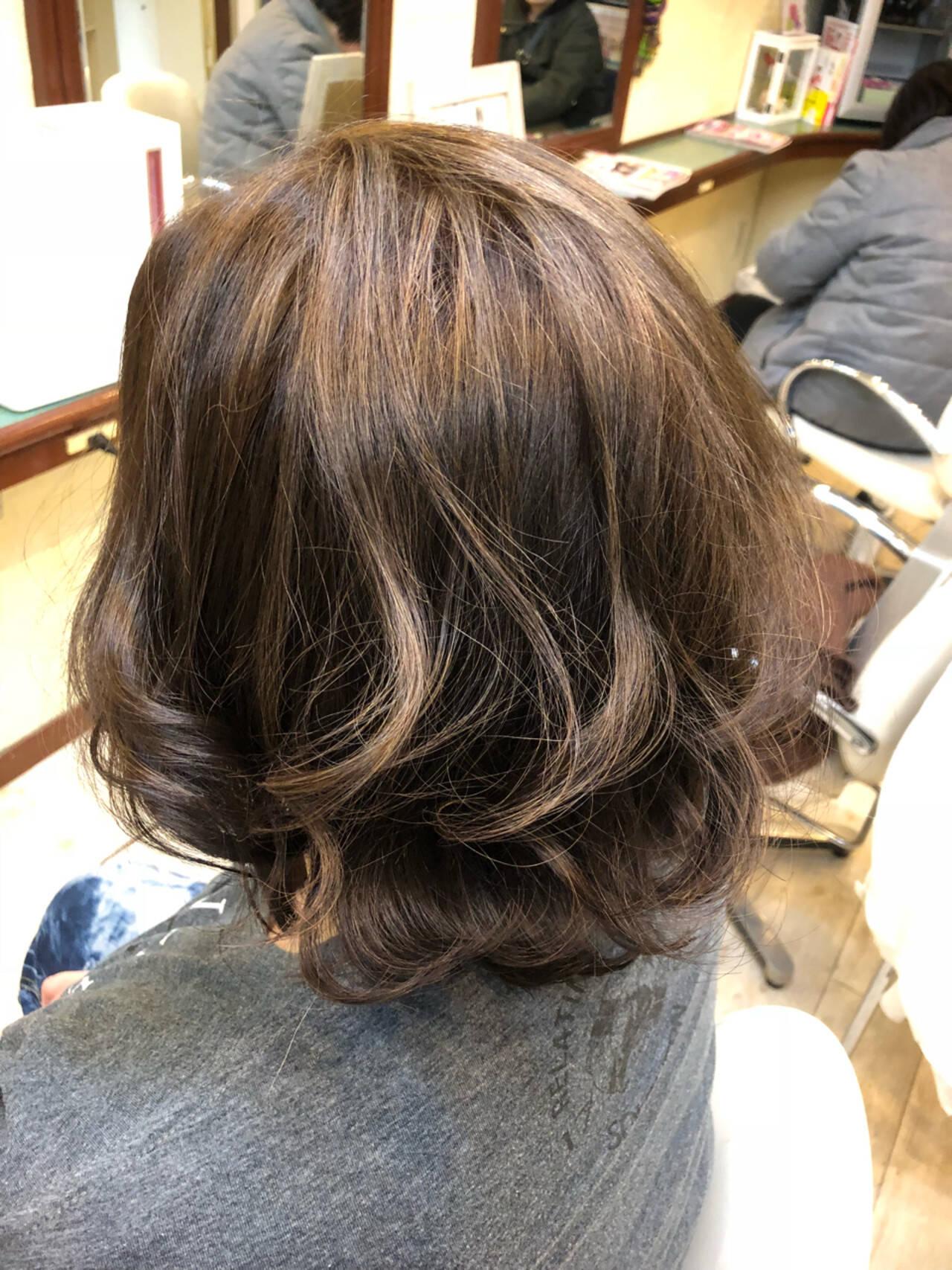 ボブ ハイライト グレージュ ナチュラルヘアスタイルや髪型の写真・画像