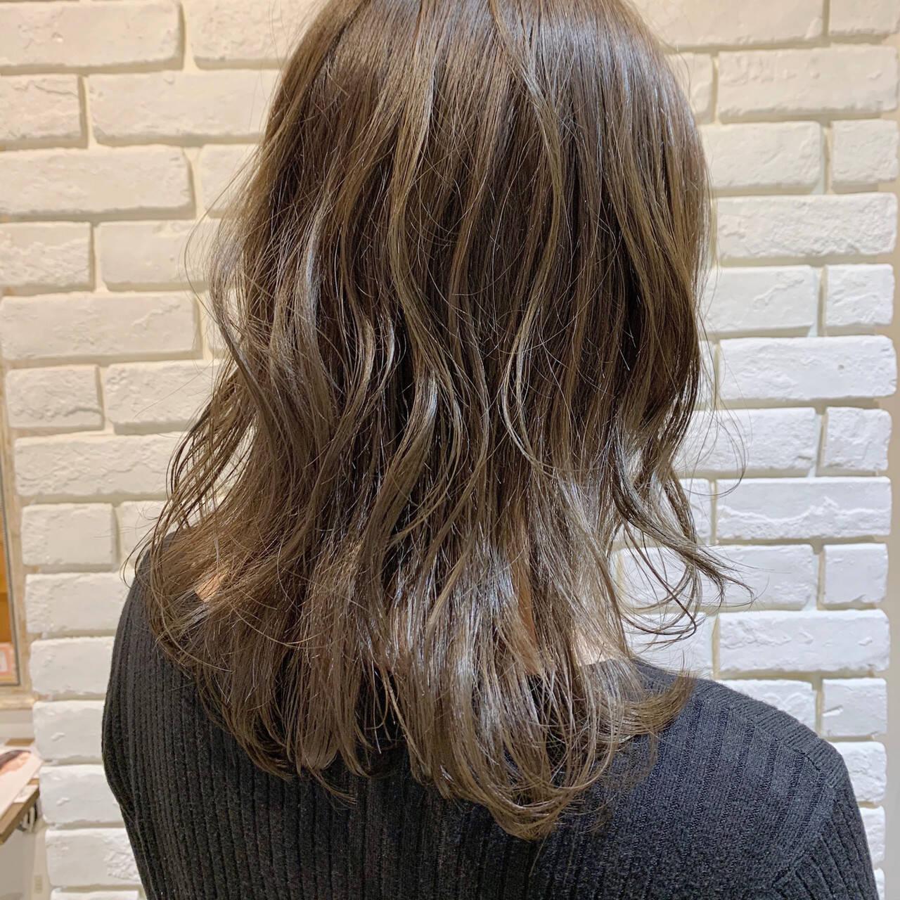 ブリーチなし ベージュ ミディアム オリーブベージュヘアスタイルや髪型の写真・画像