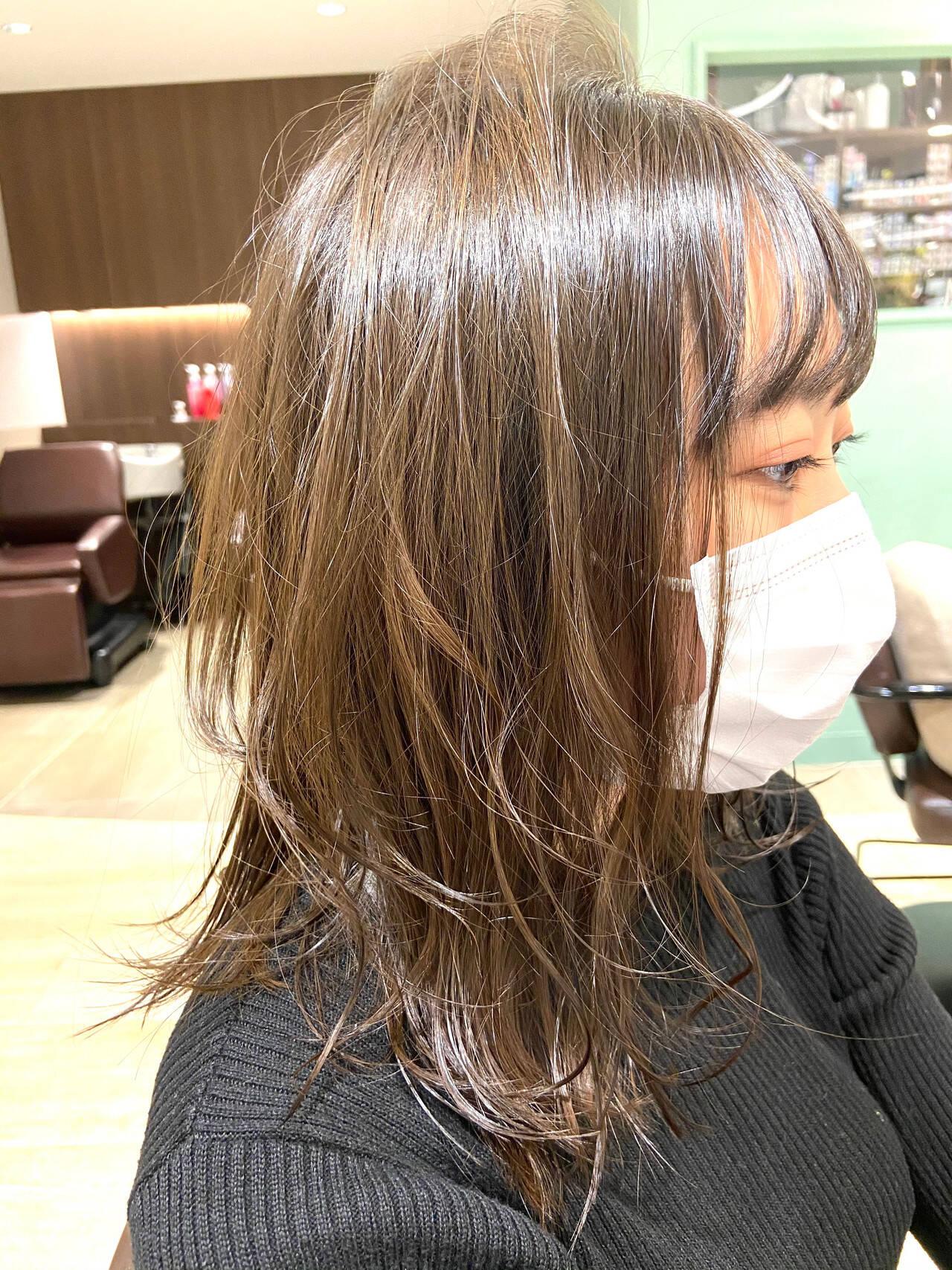 ミディアム オリーブブラウン オリーブカラー ナチュラルヘアスタイルや髪型の写真・画像