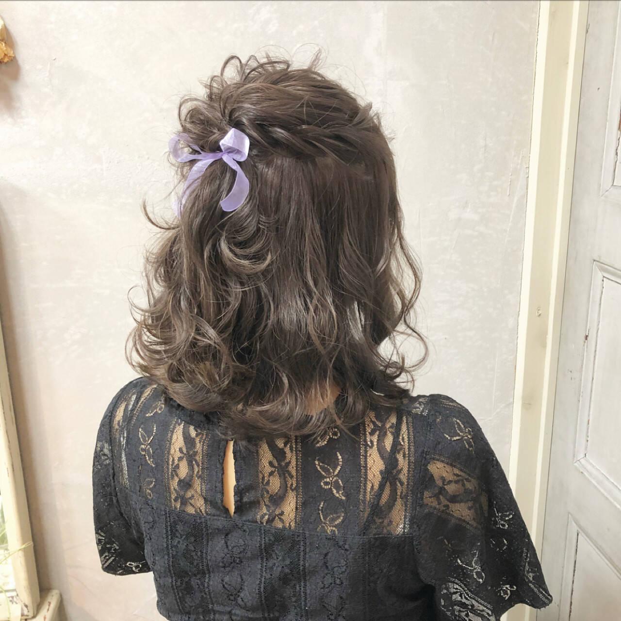 ガーリー ヘアアレンジ ミディアム 簡単ヘアアレンジヘアスタイルや髪型の写真・画像
