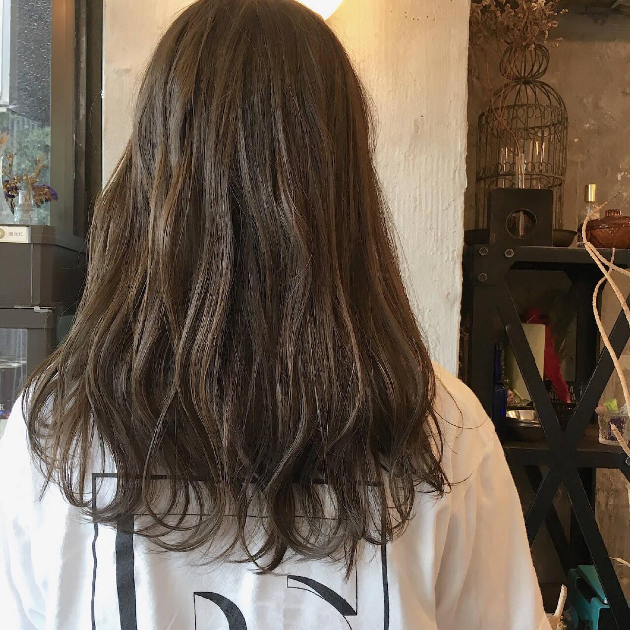 セミロング ウェーブ 透明感 アウトドアヘアスタイルや髪型の写真・画像