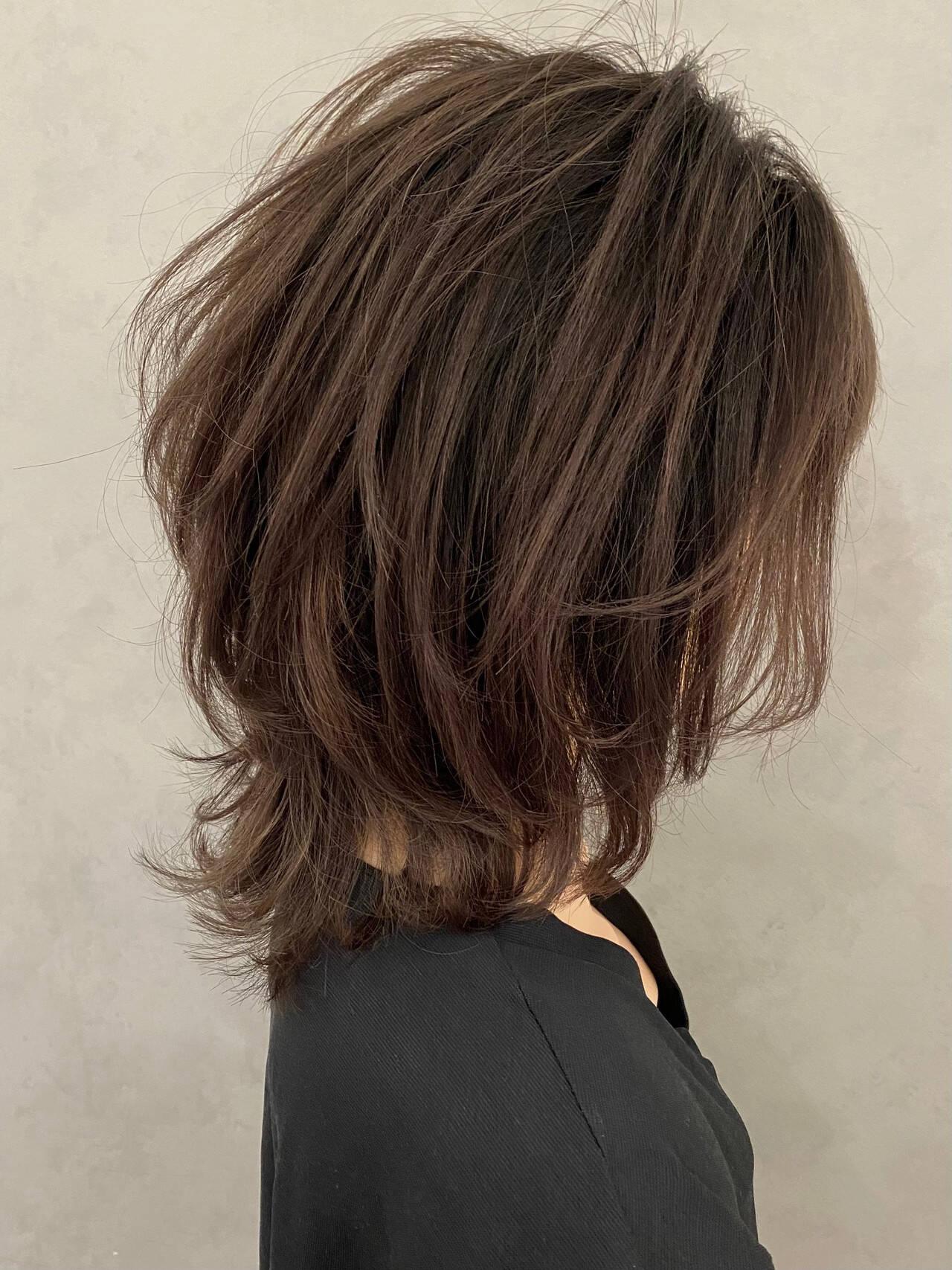 ミディアム フェミニン ウルフレイヤー 大人ハイライトヘアスタイルや髪型の写真・画像