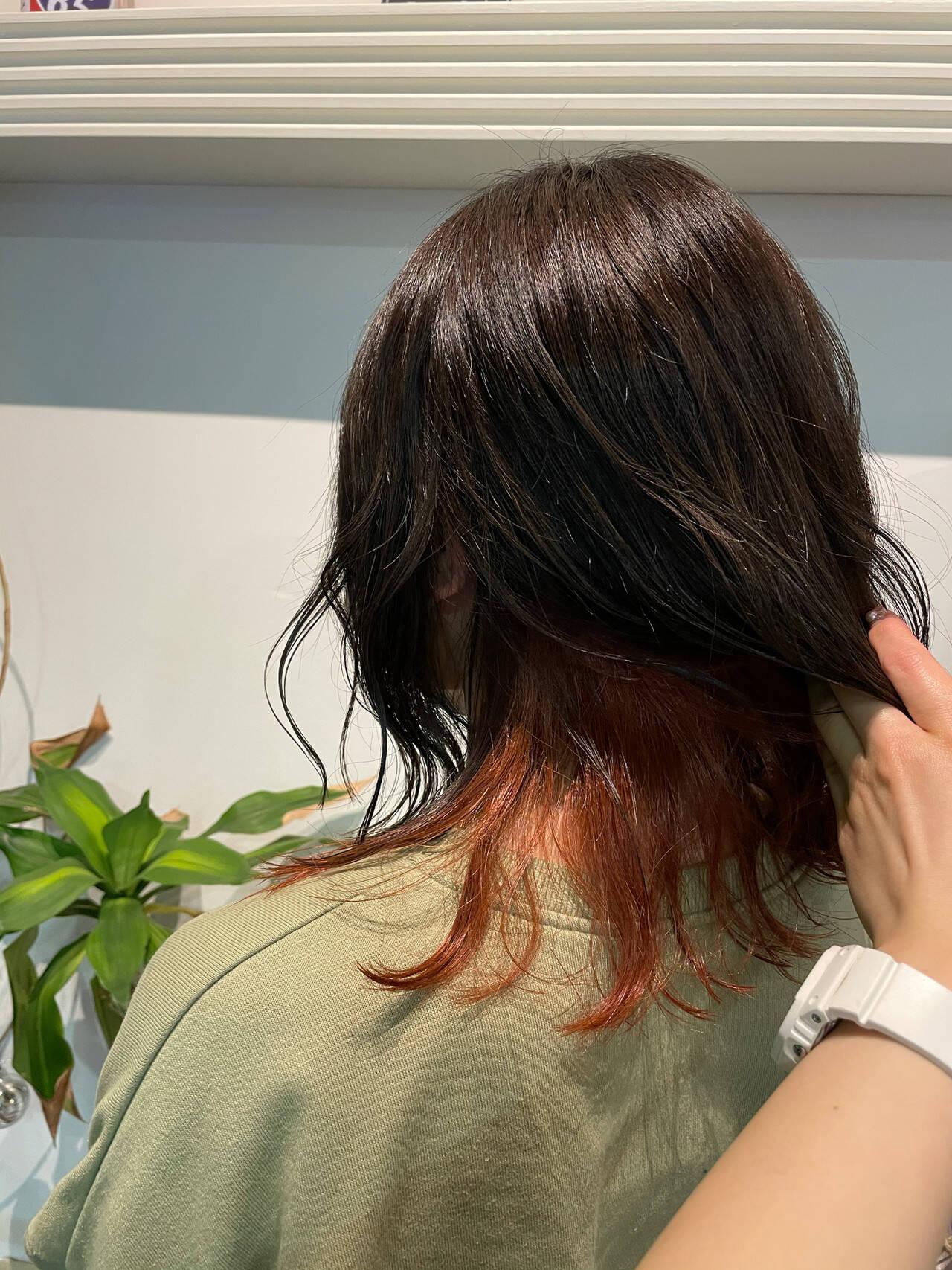 ミディアム インナーカラーオレンジ フェミニン オレンジカラーヘアスタイルや髪型の写真・画像