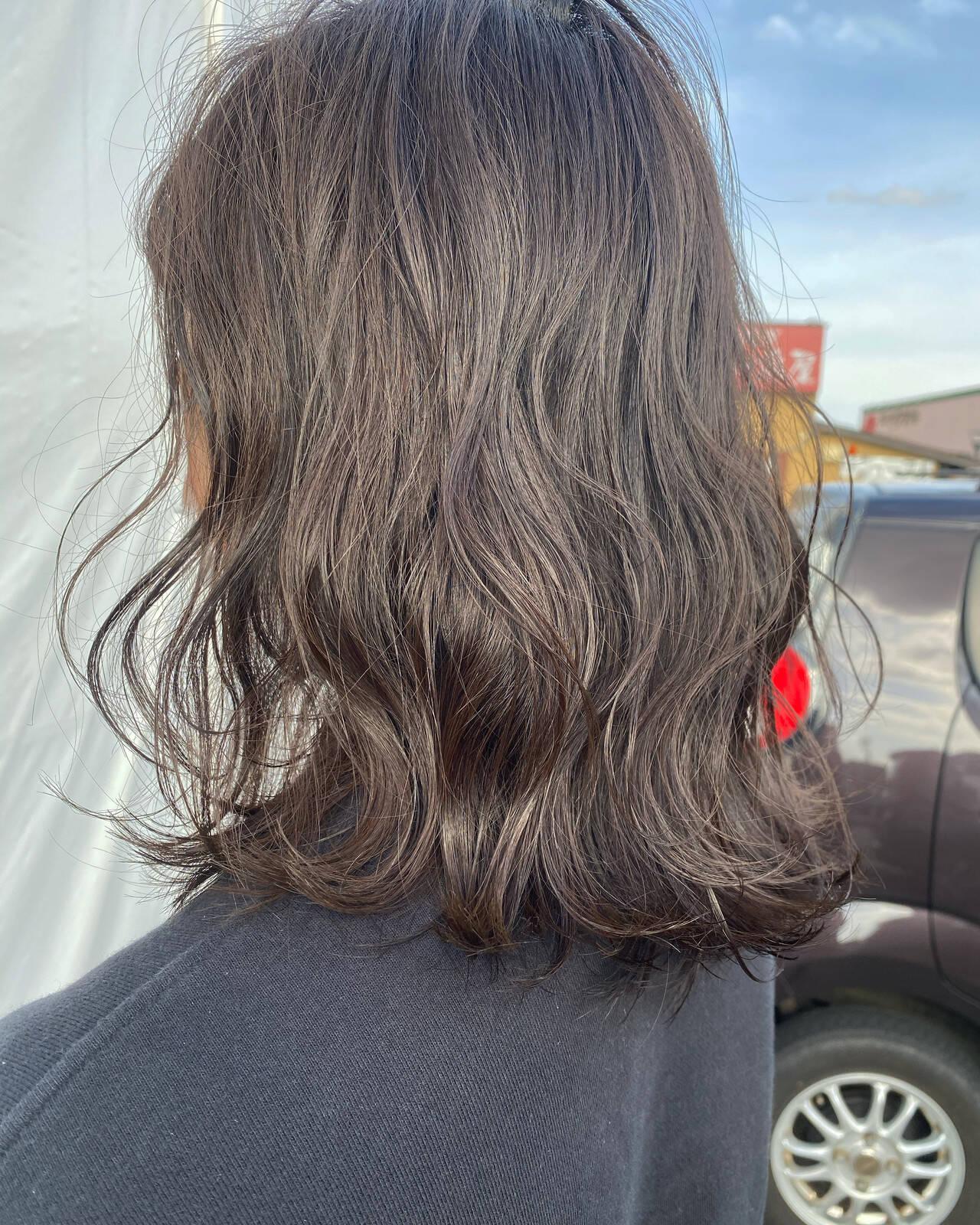 グレージュ アッシュグレージュ フェミニン セミロングヘアスタイルや髪型の写真・画像