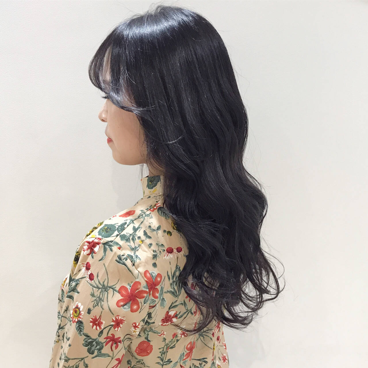 グレー 暗髪 ラベンダー フェミニンヘアスタイルや髪型の写真・画像
