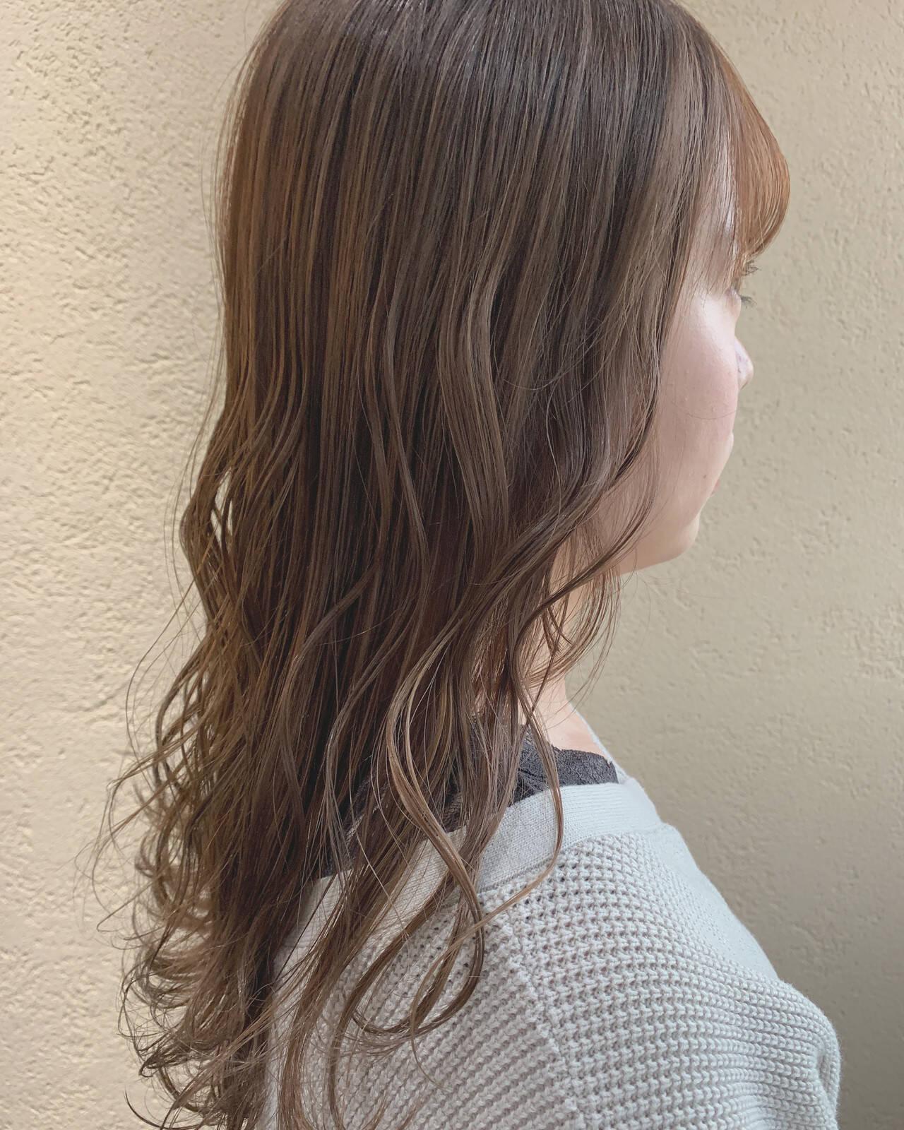 セミロング オリーブグレージュ ミルクティーベージュ アッシュグレージュヘアスタイルや髪型の写真・画像