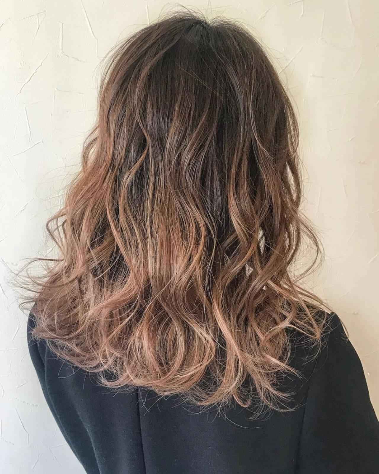 ミディアム ハイライト バレイヤージュ グラデーションカラーヘアスタイルや髪型の写真・画像