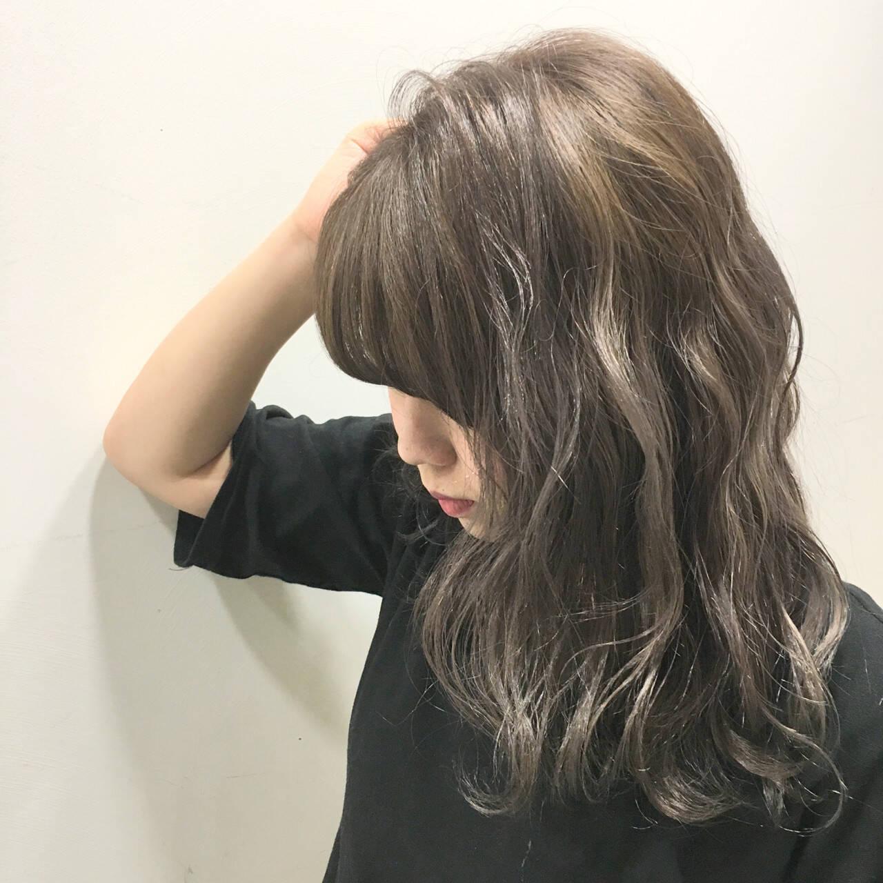 ウェットヘア グラデーションカラー ミディアム 波ウェーブヘアスタイルや髪型の写真・画像