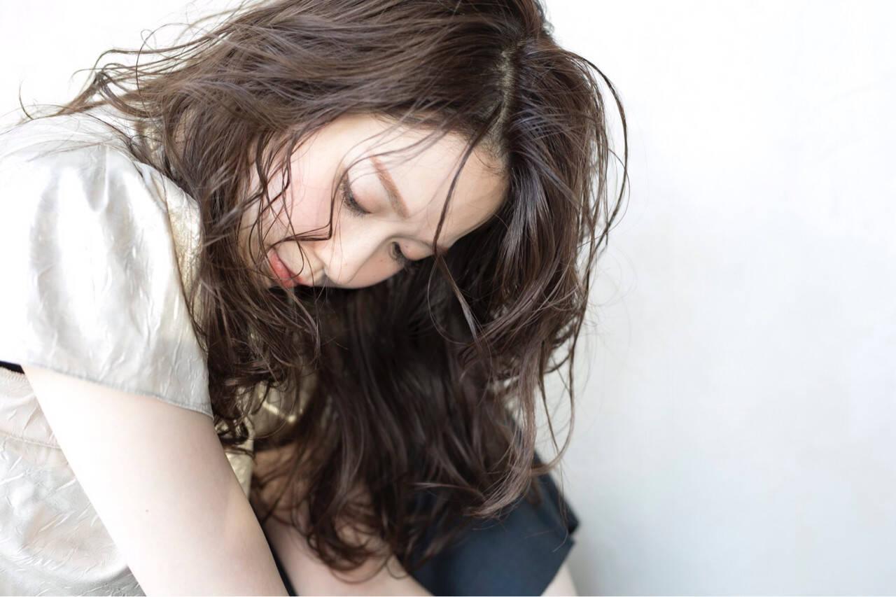 アンニュイ ナチュラル ウェーブ グレージュヘアスタイルや髪型の写真・画像