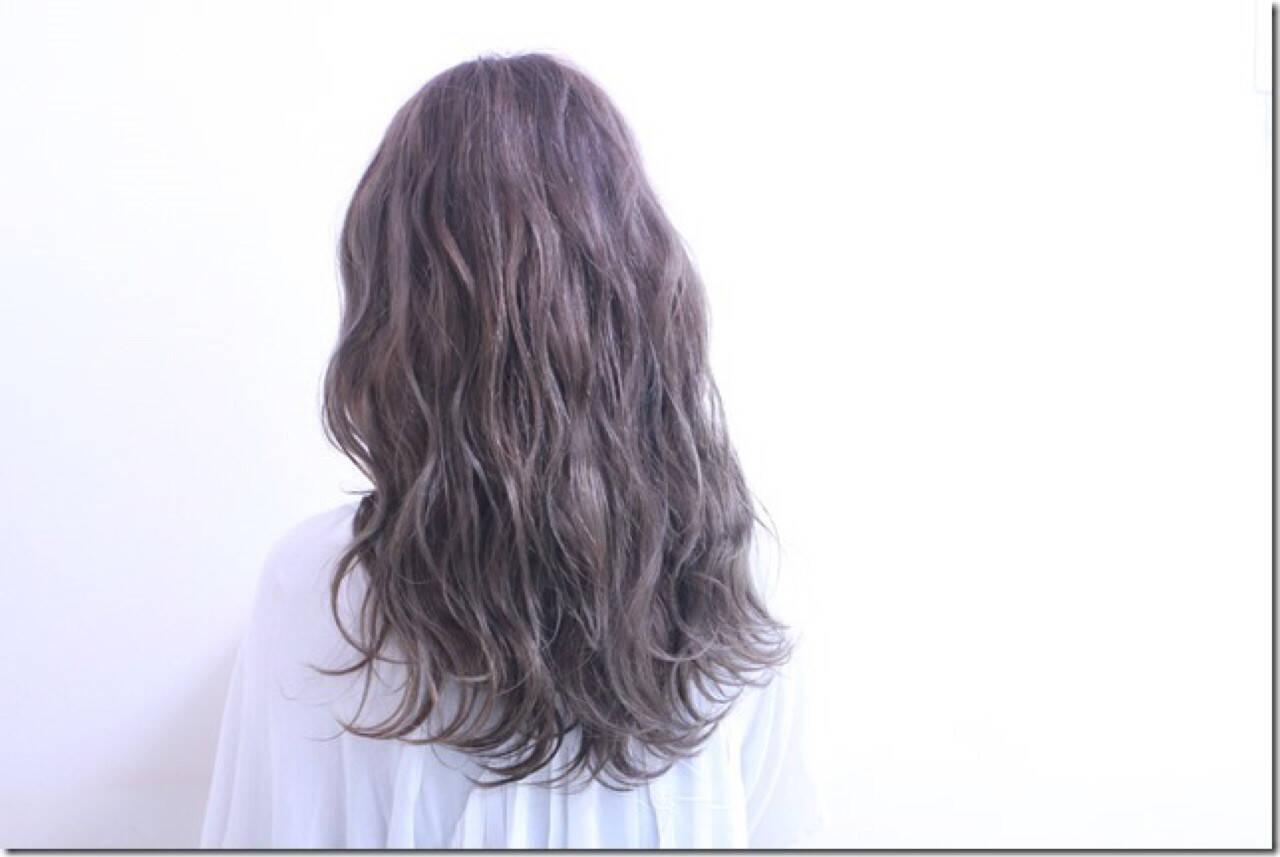デート グレージュ 秋 波ウェーブヘアスタイルや髪型の写真・画像