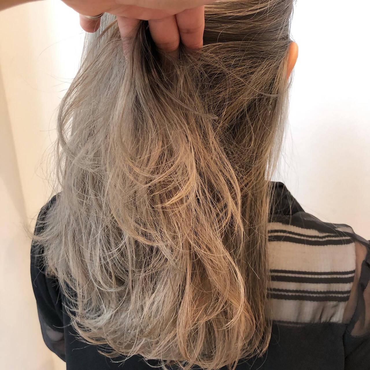 デザインカラー ブリーチ セミロング グレージュヘアスタイルや髪型の写真・画像