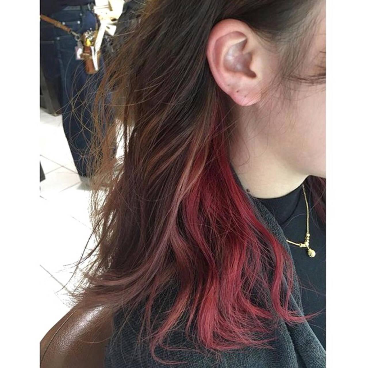 インナーカラー イヤリングカラー ベリーピンク ミディアムヘアスタイルや髪型の写真・画像