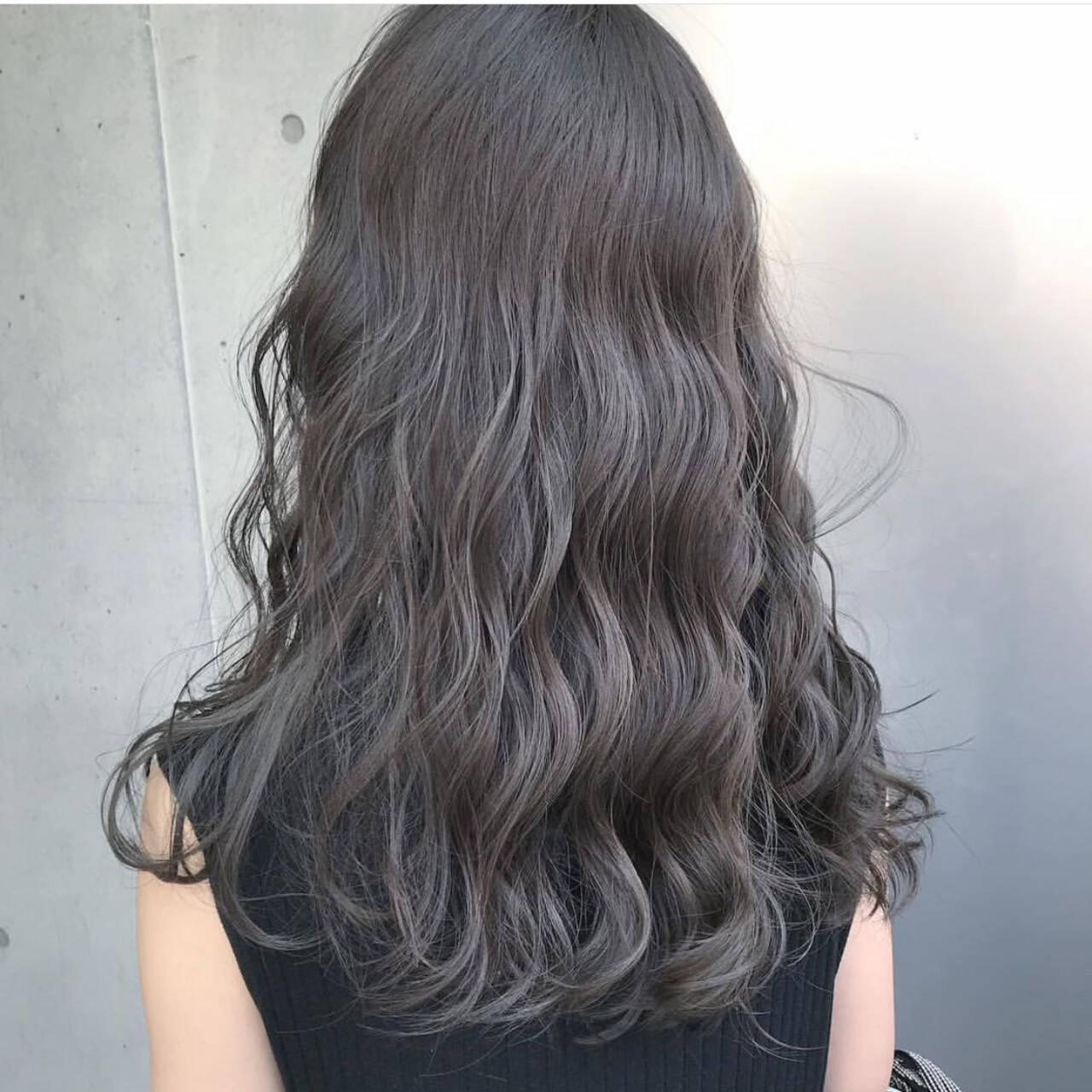 ロング ハイトーン モード グレージュヘアスタイルや髪型の写真・画像