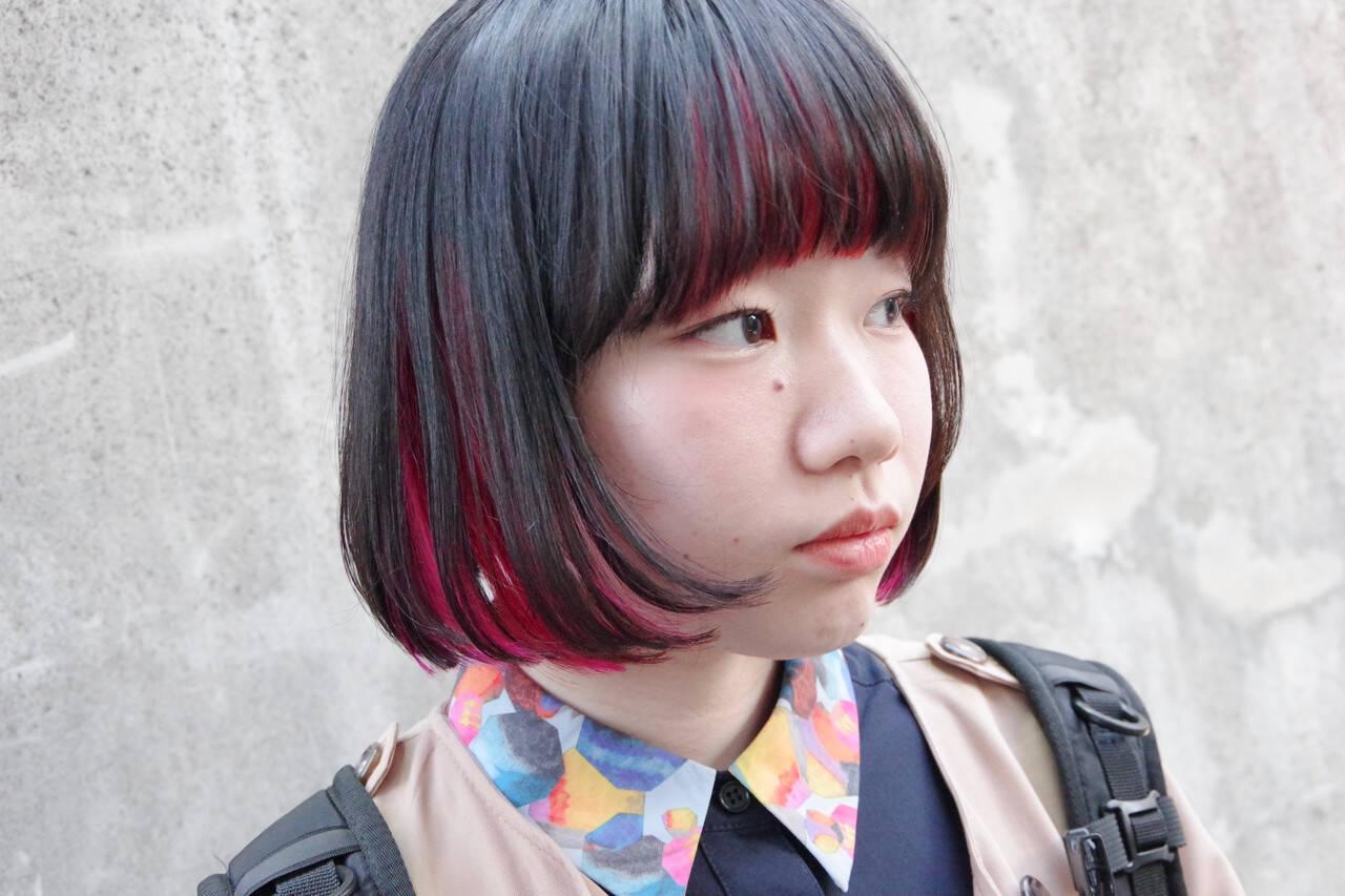 インナーカラー赤 切りっぱなしボブ ショートボブ インナーカラーレッドヘアスタイルや髪型の写真・画像