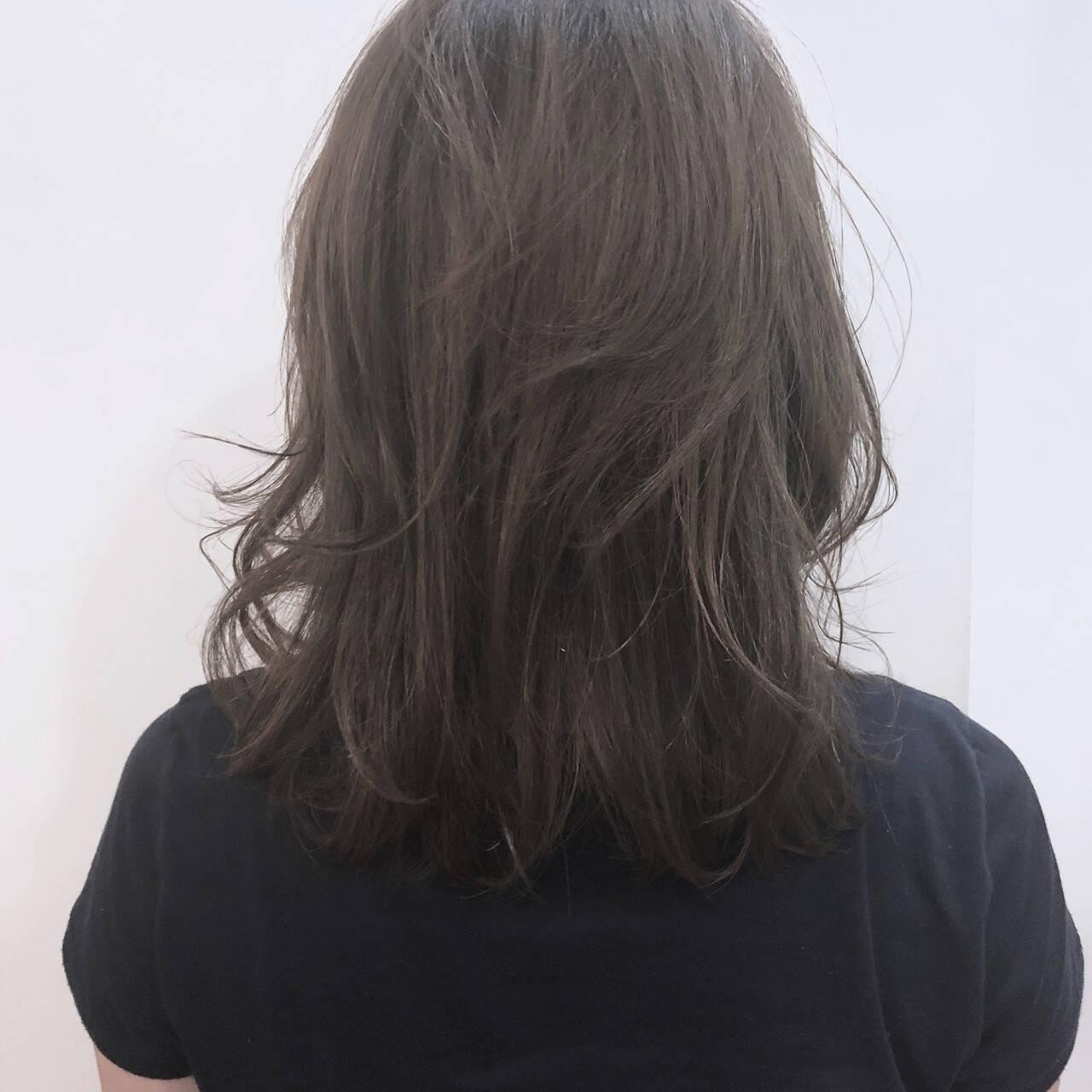 アッシュ ナチュラル ミディアム 前髪ありヘアスタイルや髪型の写真・画像