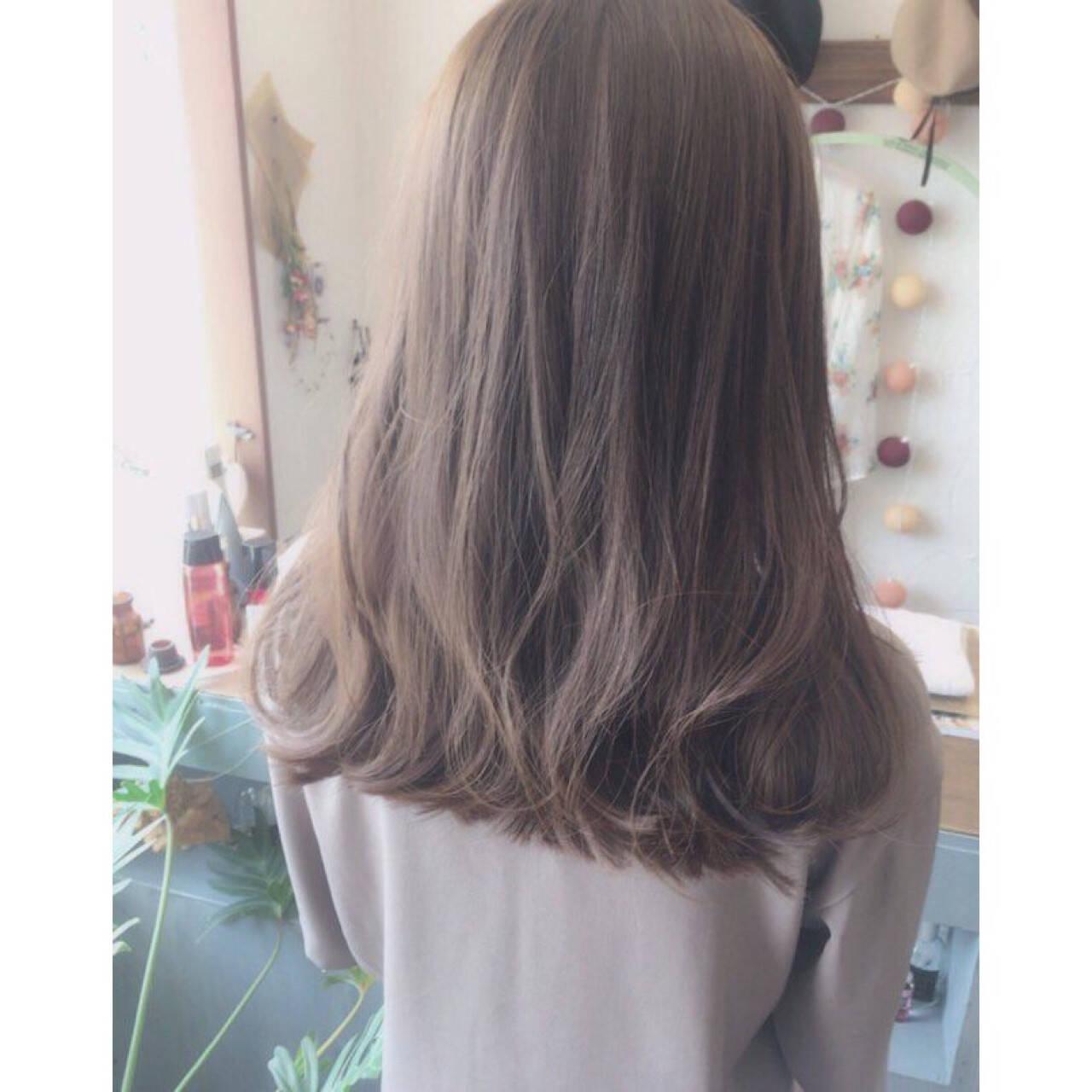 リラックス セミロング アウトドア アッシュヘアスタイルや髪型の写真・画像