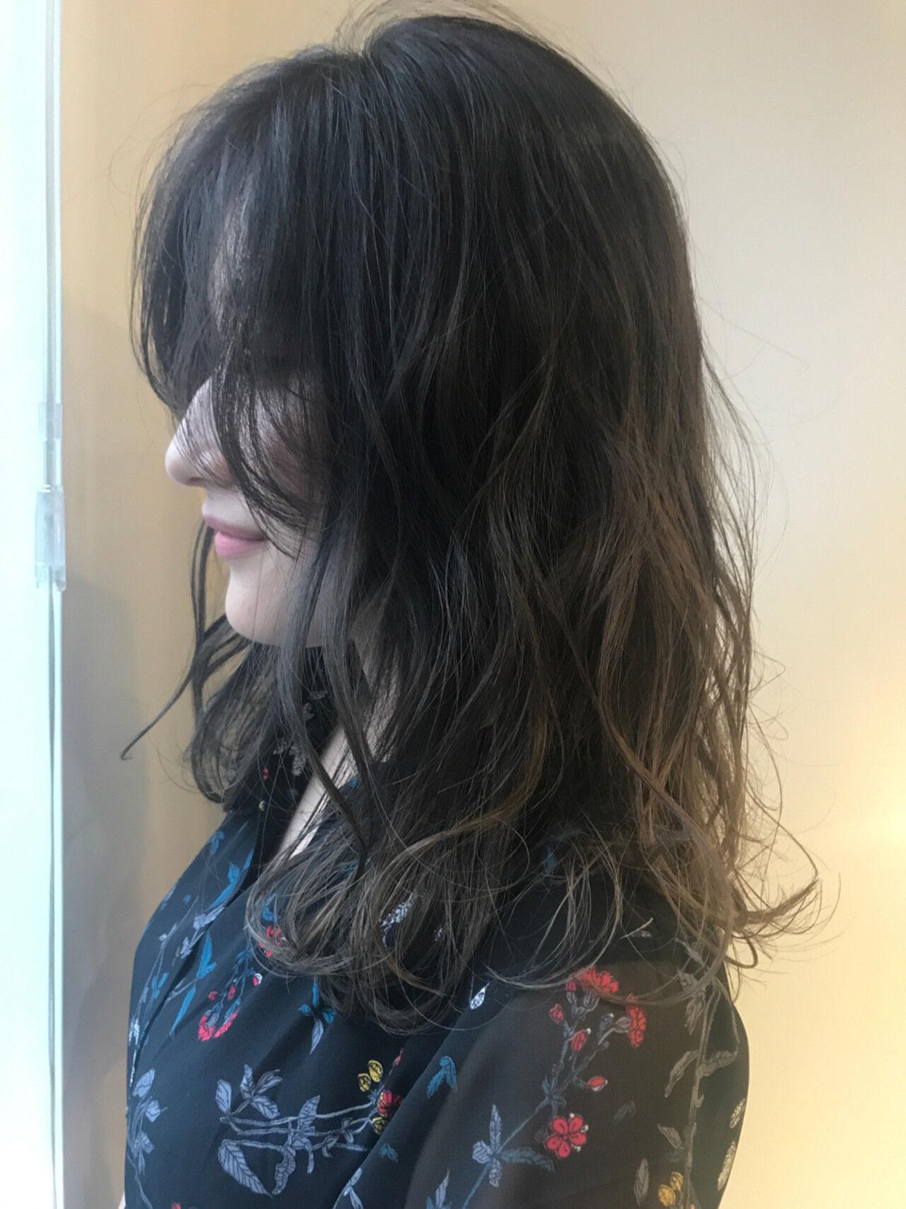 アッシュグレージュ セミロング ハイライト ストリートヘアスタイルや髪型の写真・画像