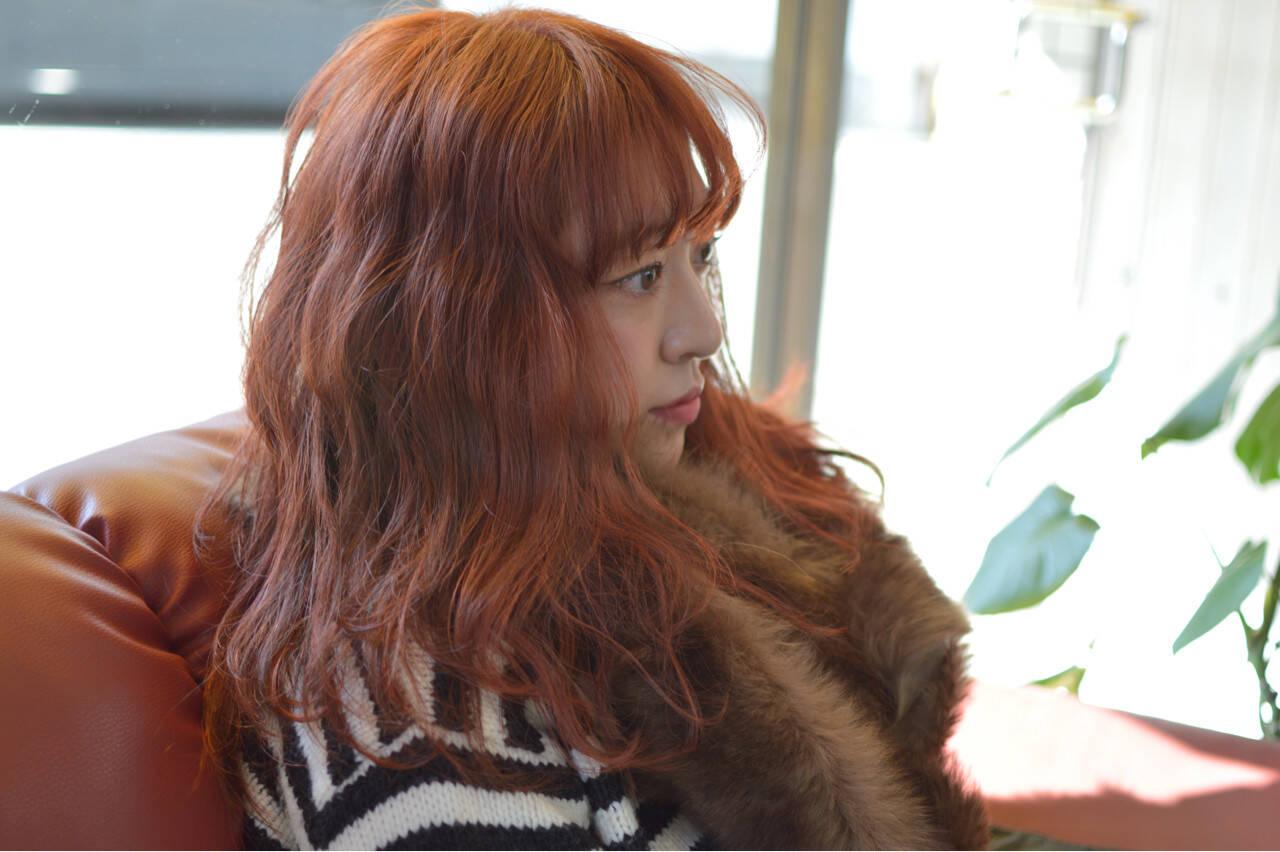 レッド トレンド セミロング 波ウェーブヘアスタイルや髪型の写真・画像