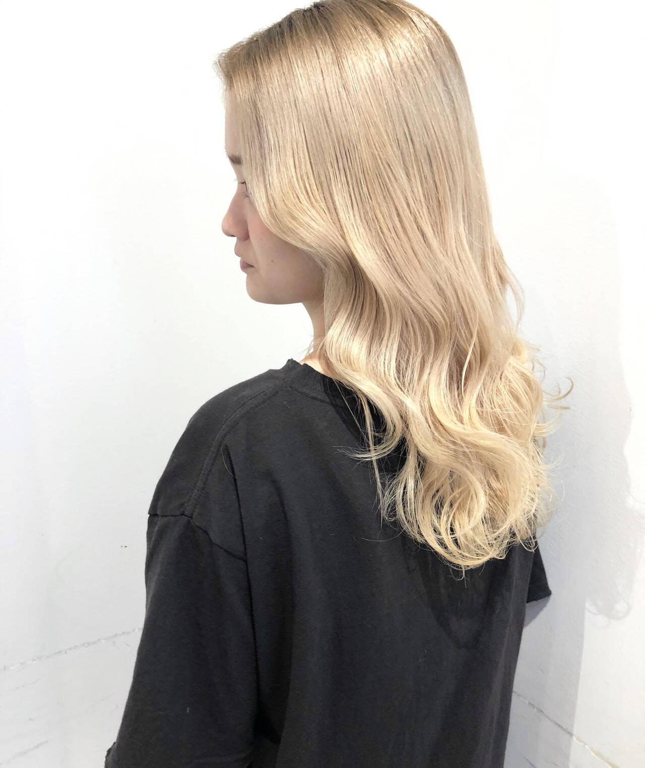 ハイトーン 巻き髪 ホワイトベージュ ダブルカラーヘアスタイルや髪型の写真・画像