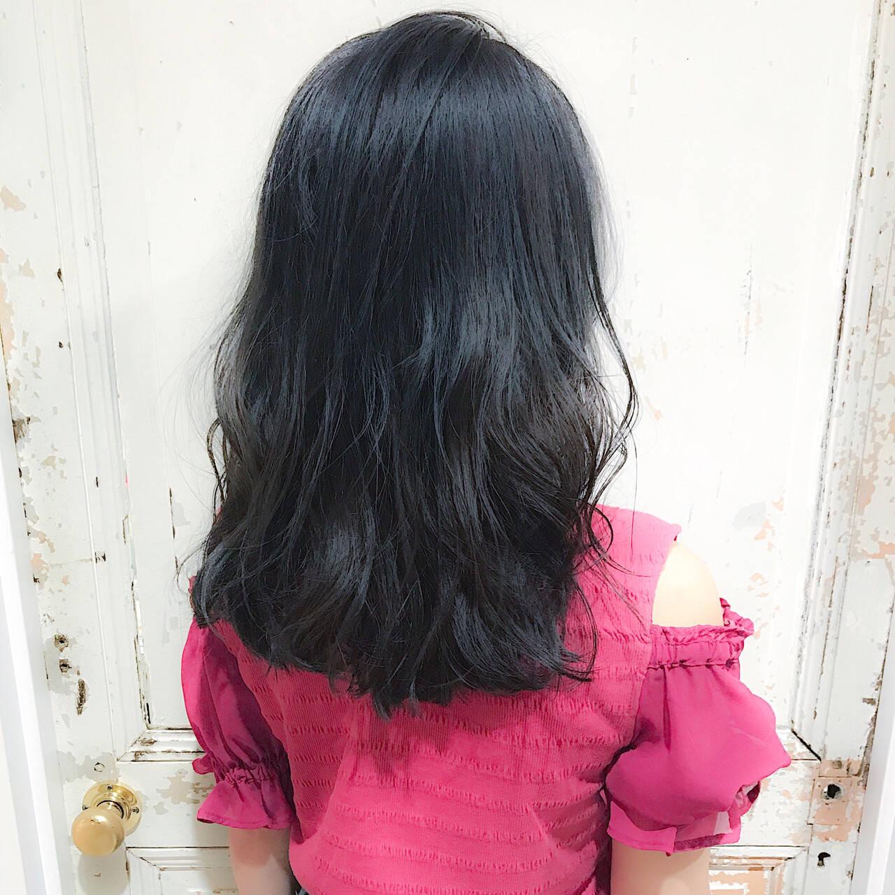 ブルーアッシュ ハイライト ウェーブ アンニュイヘアスタイルや髪型の写真・画像