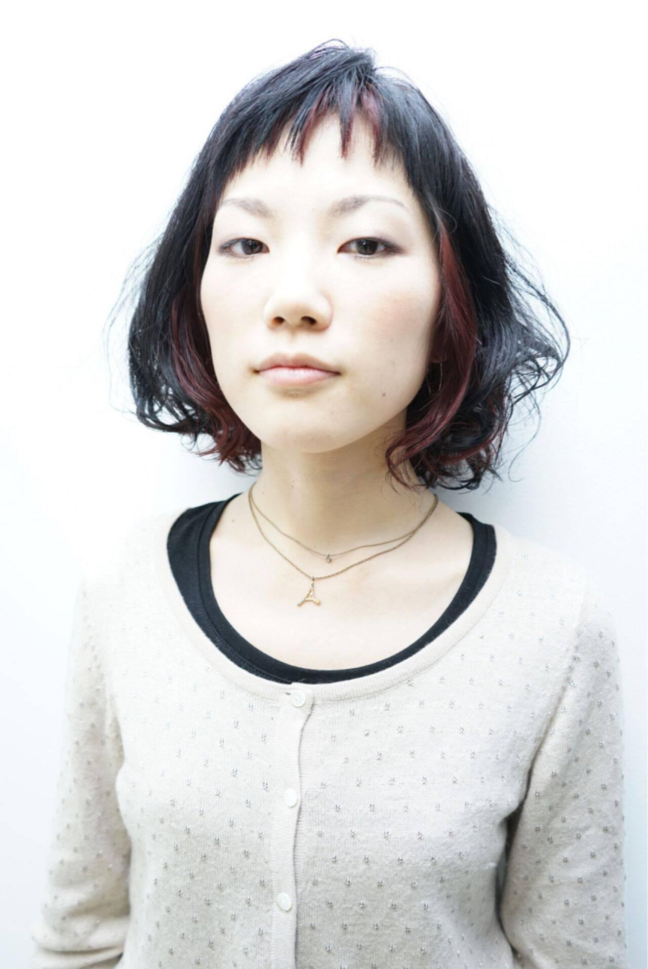丸顔 インナーカラー ウェットヘア ショートバングヘアスタイルや髪型の写真・画像