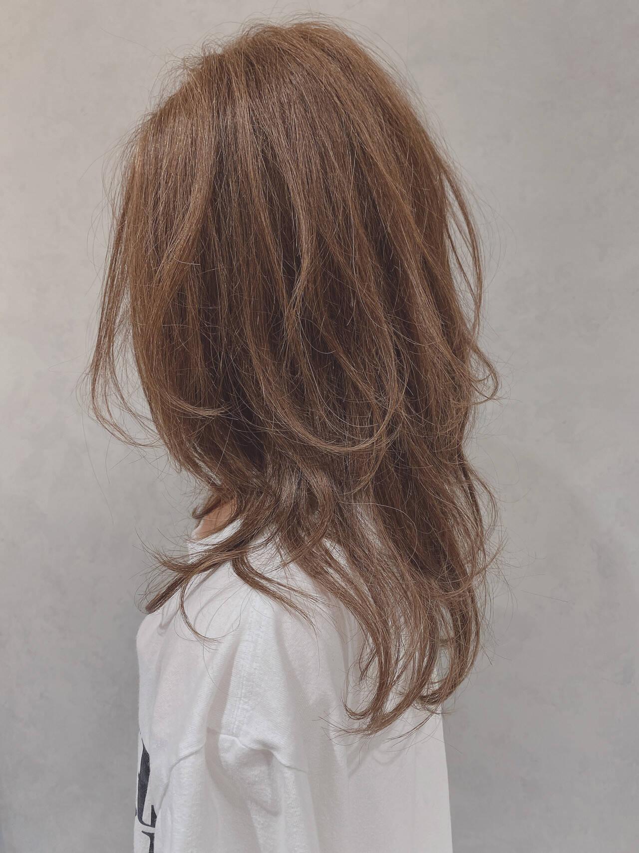 ベージュ ロング ウルフレイヤー カジュアルヘアスタイルや髪型の写真・画像