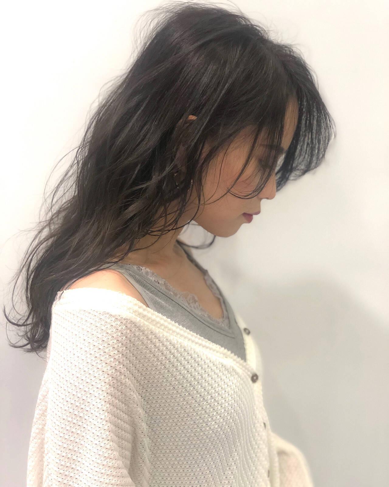 ナチュラル セミロング 波ウェーブ グレージュヘアスタイルや髪型の写真・画像