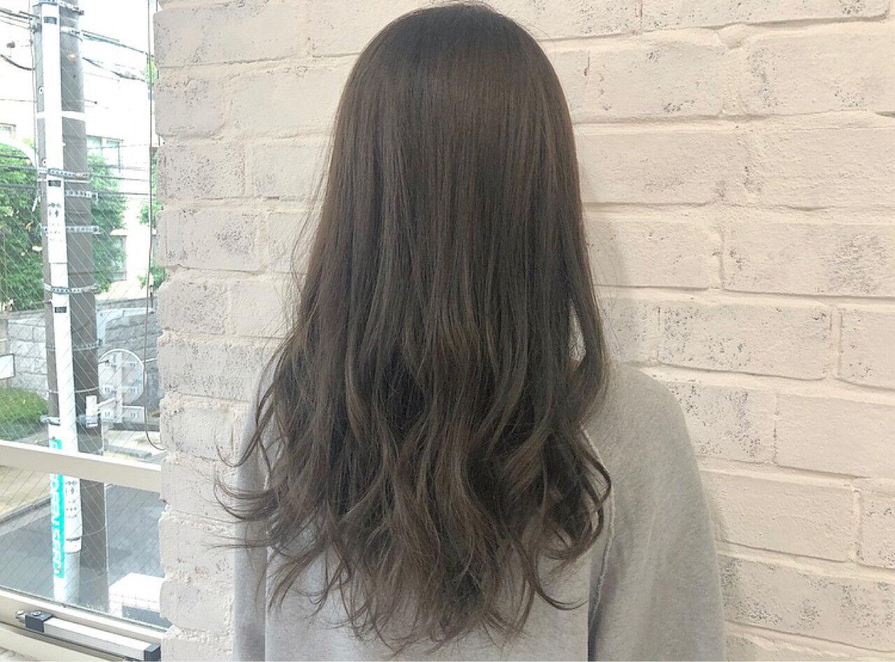ラベンダーアッシュ ミルクティーベージュ ロング グレージュヘアスタイルや髪型の写真・画像