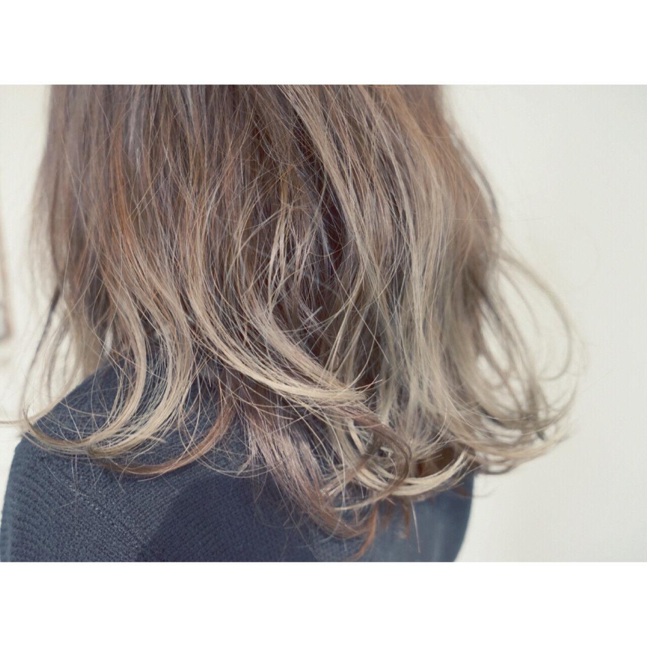アッシュ 外ハネ セミロング ハイライトヘアスタイルや髪型の写真・画像