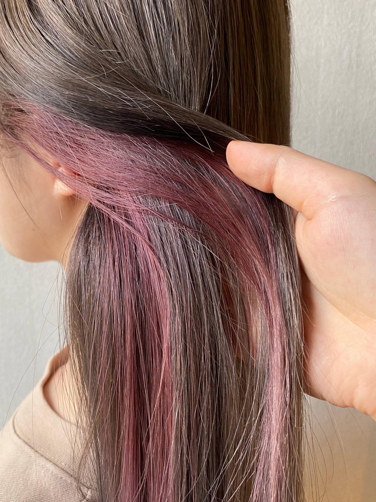 セミロング インナーカラー インナーピンク イヤリングカラーヘアスタイルや髪型の写真・画像