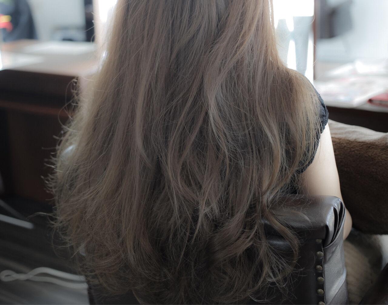 グレージュ ロング ナチュラル アッシュヘアスタイルや髪型の写真・画像
