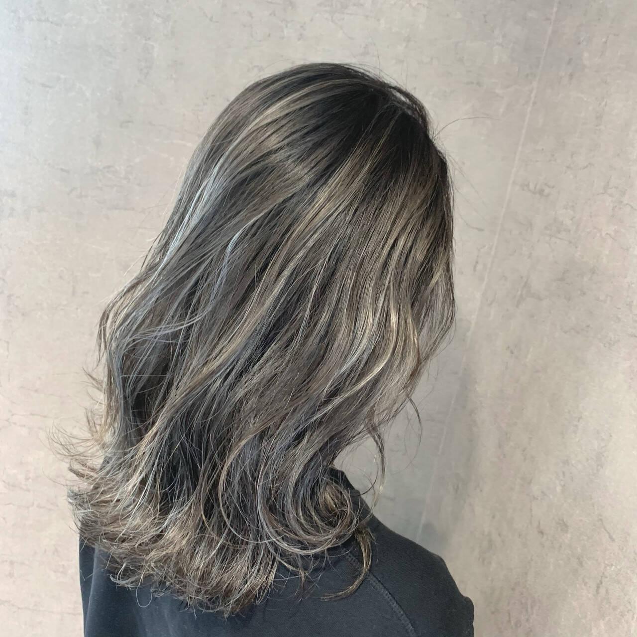 シルバーアッシュ ナチュラル ホワイトハイライト コントラストハイライトヘアスタイルや髪型の写真・画像